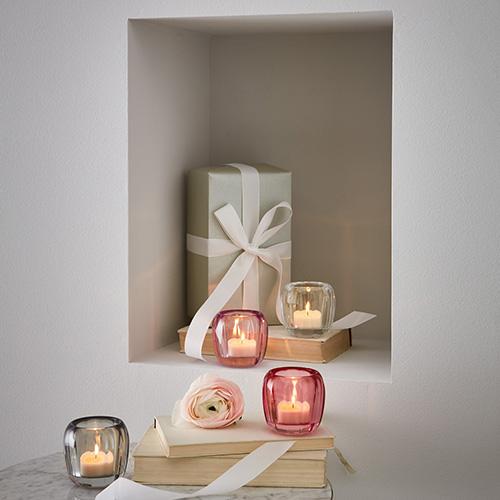 """Le candele sono un ottimo alleato per creare un'atmosfera intima. I vasi in cristallo della collezione <em>Coloured DeLight</em> di <a href=""""http://www.villeroy-boch.it"""">Villeroy&Boch</a> creano riflessi di luce calda e brillante (39,90 euro)"""