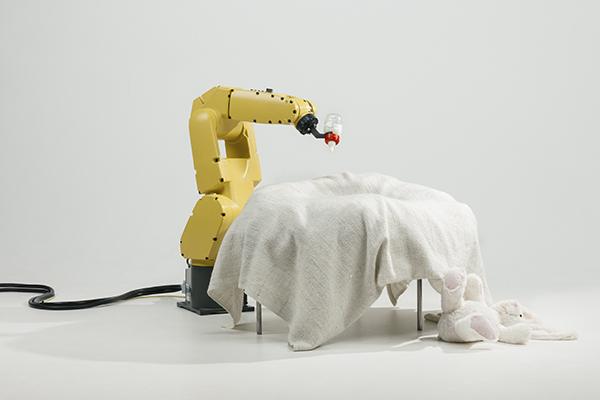 Raising Robotic Natives di Stephan Bogner, Philipp Schmitt e Jonas Voigt esplora le interazioni tra i bambini e i robot