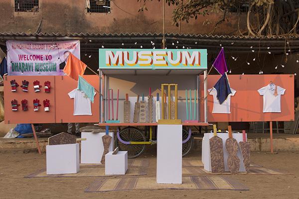 Il Design Museum Dharavi di Jorge Mañes Rubio e Amanda Pinatih, con sede nel quartiere di Dharavi in India, è il primo museo del suo genere. Mette in mostra talenti locali attraverso uno spazio espositivo nomade, impiegando così il design come strumento per promuovere il cambiamento sociale e l'innovazione su scala globale (foto Jorge Mañes Rubio e Amanda Pinatih)