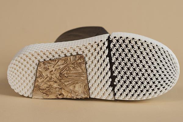 Caskia / Growing a MarsBoot è un progetto di ricerca che nasce per affrontare le sfide e le restrizioni che caratterizzano i viaggi nello spazio. Questo prototipo di stivale utilizza una combinazione di una struttura interna stampata in 3D con materiali puri e compositi come il cotone, la canapa e il micelio fungino (foto George Ellsworth)