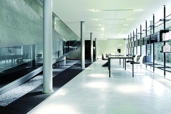 Il quartier generale di Rimadesio: progettato da Giuseppe Bavuso, con una superficie di 1.000 metri quadrati, è caratterizzato dalle ampie vetrate che si affacciano sul verde e che rendono la luce la protagonista degli interni