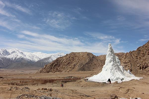 L'Ice Stupa è un ghiacciaio artificiale progettato per contrastare le conseguenze dei cambiamenti climatici nella regione del Ladakh (foto Lobzang Dadul)