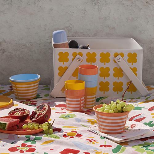 """La rigidità del materiale plastico permette di mangiare in maniera più confortevole e non vi costringerà a rincorrere i piatti usa e getta sul prato in caso di folate di vento.In foto la collezione<em>Sommar 2019</em> di <a href=""""http://www.ikea.com"""">Ikea</a> (2,95 euro 6 bicchieri)"""