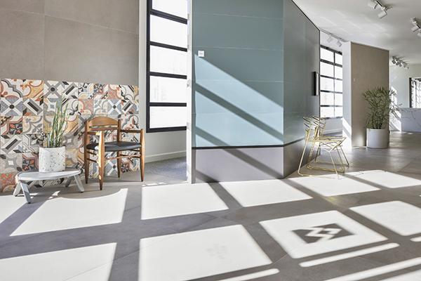 Lo showroom si estende su 400 metri quadrati i quali accolgono una serie di veri e propri ambienti che mostrano i possibili utilizzi della ceramica per qualsiasi soluzione abitativa