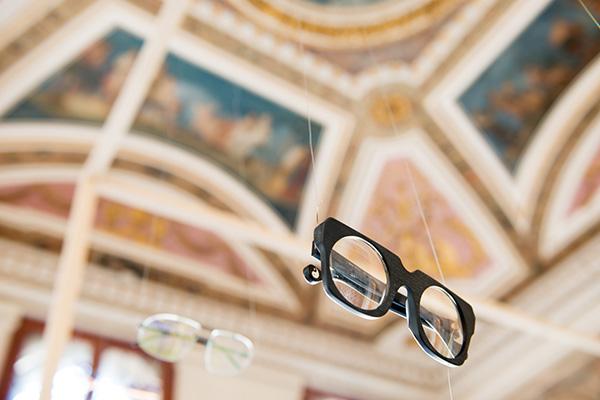 VENICE DESIGN WEEK, VENEZIA - Mostre e laboratori tra calli e campielli, gallerie private e musei, studi e negozi, rivelano i segreti di un artigianato secolare che rivive nel design contemporaneo. È la Venice Design Week, ideata da Lisa Balasso nel 2010 e giunta alla nona edizione. Il prossimo evento sarà dal 12 al 20 ottobre 2019 intorno al tema de/gusta/de/sign, un invito a osservare con attenzione gli oggetti che ci circondano, insieme ai concorsi sul gioiello, sulla luce e l'esposizione di oggetti di design provenienti da tutto il mondo nelle sezioni inShop, inGallery, inGarden, inHotel <em>www.venicedesignweek.com</em> (in foto  iMoon occhiali per l'installazione Materiale e Immateriale)