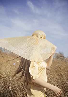 Addio creme solari e flaconi di plastica: gli olandesi Buro Belén propongono gli eco-tessuti Sun+ per proteggersi dai raggi