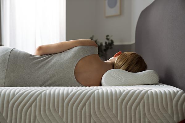 """L'esperto del sonno spiega che il guanciale giusto è quello che si percepisce come il più comodo e adatto alle proprie esigenze. Questo di <a href=""""https://it.tempur.com/"""">Tempur</a> è pensato per chi soffre di disturbi cervicali"""