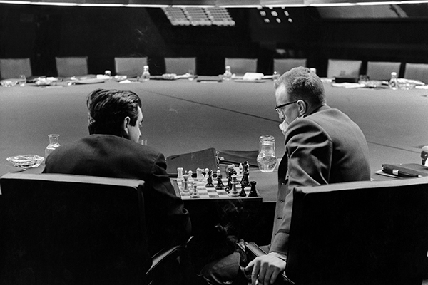 Stanley Kubrick e George C. Scott giocano a scacchi nella War Room, in una pausa durante le riprese di <em>Il dottor Stranamore</em> (foto Sony/Columbia Pictures Industries Inc)