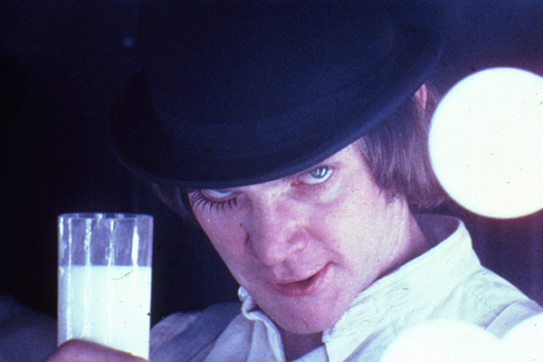 Alex DeLarge (interpretato da Malcolm McDowell) nel  Korova Milkbar di <em>Arancia Meccanica</em> (foto Warner Bros. Entertainment Inc)