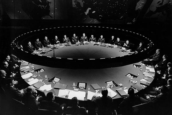 Il tavolo conferenza della  War Room ne <em>Il dottor Stranamore</em> (foto Sony/Columbia Pictures Industries Inc)