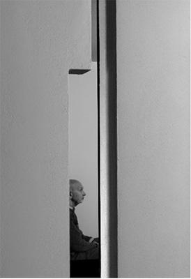 """Apre il 7 aprile alla<a href=""""http://fondazionesozzani.org"""">Fondazione Sozzani</a>la mostra<em>Forme: Umberto Riva, architetto designer</em>.In esposizione rari prototipi fuori produzione, pezzi unici, quadri, disegni e schizzi inediti provenienti dall'archivio privato del maestro recentemente premiato con la Medaglia d'Oro alla Carriera della Triennale di Milano per sessant'anni di progetti che spaziano dall'architettura al disegno industriale, dalla grafica editoriale agli interni, dall'urbanistica alla pittura, dal restauro all'allestimento museale (foto Umberto Riva, 2013 ©Andrea Martiradonna)"""