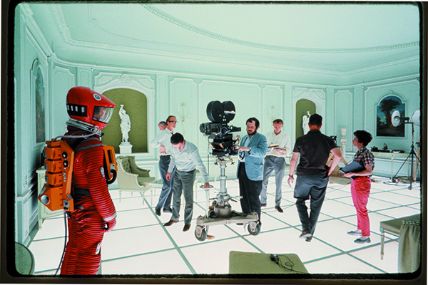 Stanley Kubrick sul set di <em>2001: Odissea nello spazio</em> (foto Warner Bros. Entertainment Inc)