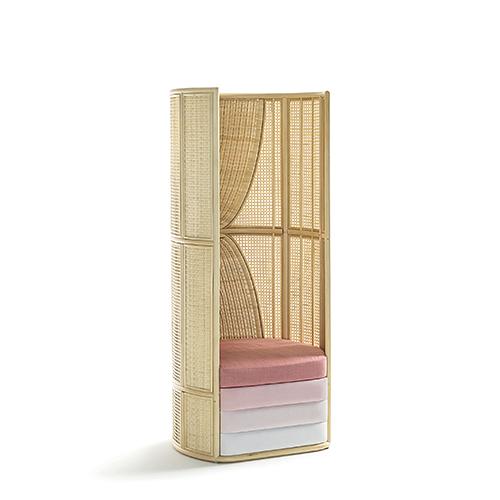 Disegnata da Elena Salmistraro per Bottega Intreccio, Lisetta è una poltroncina, disponibile in due altezze, intima e leggera