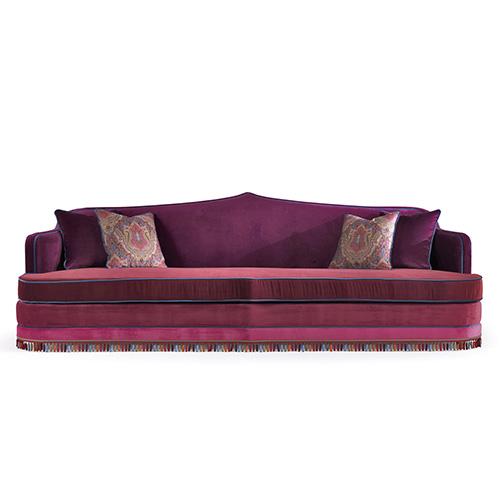 Impreziosita da tocchi blu, domina una pallette sui toni del rosa nel divano Amina di Etro Home