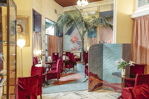 Cristina Celestino cambia veste agli interni, alle vetrine e al dehors della storica pasticceria Cucchi di corso Genova. Fino al 29 aprile