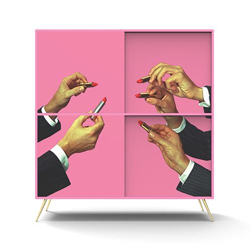 Rosa shocking e rossetti per la grafica che decora il cabinet Seletti Wears Toiletpaper