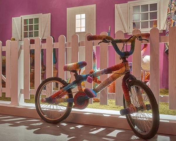 Alessandra Roveda riveste non solo pezzi d'arredo, ma anche oggetti di uso quotidiano, come questa colorata bicicletta
