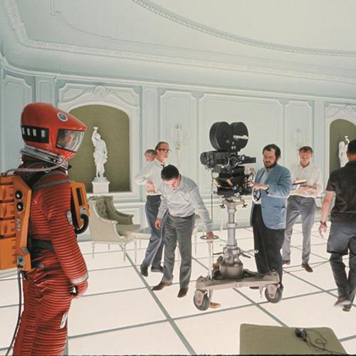 """LONDRA - Il 26 aprile inaugura al <a href=""""https://designmuseum.org/"""">Design museum</a> la retrospettiva su Stanley Kubrick che indaga sul modo di far cinema del regista da sempre legato al design e all'architettura (in foto Kubrick sul set di <em>2001: Odissea nello spazio</em>, foto di produzione ©Warner Bros. Entertainment Inc)"""