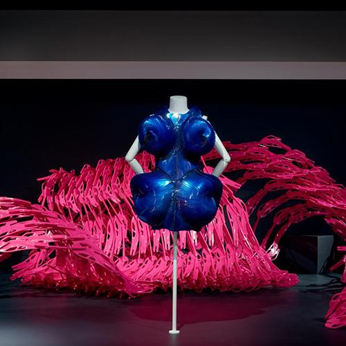 """MELBOURNE - Dalla gioielleria al design di prodotto, dall'architettura  alle opere digitali. La mostra <em>Designing Women</em>, organizzata in Australia dall'<a href=""""https://www.ngv.vic.gov.au"""">NGV International</a>, racconta con 50 opere come in un settore dominato dagli uomini le donne stanno producendo lavori sofisticati e di grande qualità. Fino al 28 settembre (nella foto di Tom Ross l'Abito 2011 di Iris Van Herpen)"""