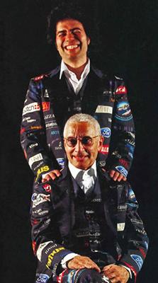 KEAN ETRO - <em>L'eleganza del pensare con il cuore</em> Ricordo Alessandro Mendini con grande stima e amicizia. Sono felice di aver avuto l'occasione di collaborare con lui nel 2003 per realizzare un progetto speciale, il nostro Abito del Designer (nella foto <em>ndr</em>). Era un patchwork di loghi dei brand più famosi con cui Alessandro aveva collaborato nel corso della sua lunga e prolifica carriera, un tentativo di affrontare in chiave critica e ironica il tema del consumismo contemporaneo, che a distanza di 16 anni devo dire, è ancora di grande attualità. Ci mancheranno i suoi occhi birichini, furbi e saettanti. Quell'eleganza del pensare con il cuore che poi esplodeva da dentro in mille splendidi colori. Ci lascia, però, la voglia di giocare con serietà. D'altronde, per la tradizione indiana, come per Alessandro, tutto era Lila o gioco divino. Tutto era Vita, tessuta attimo dopo attimo come una trama sottile, stupenda e colorata