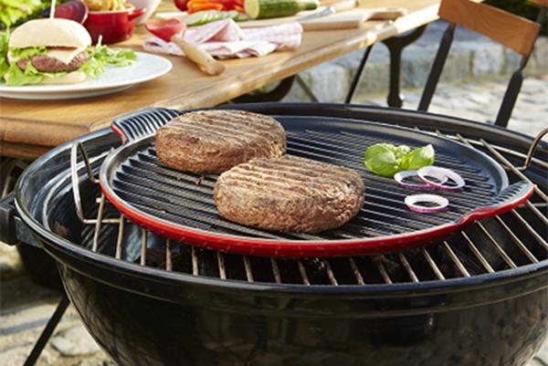Non solo griglia. Arricchire il barbecue di piastre in ghisa può aprire un  mondo di nuove opportunità. È perfetta per cuocere uova, verdure o addirittura la pizza (in foto la piastra grill rotonda XL di Le Creuset)