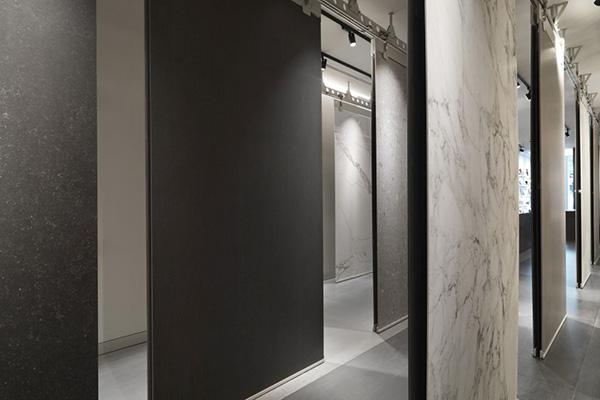 Lo spazio ospita anche l'infinita collezione di superfici Marazzi presentate  come «un souk di tappeti», spiega Patricia Viel