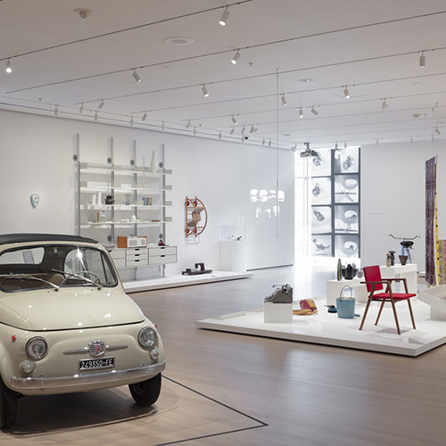 """NEW YORK - Il Good Design, il movimento nato negli anni Trenta che ha contribuito alla democratizzazione del design, viene celebrato con una grande mostra al <a href=""""http://www.moma.org/"""">MoMA</a>. In esposizione i capisaldi della creatività contemporanea come la 500 Fiat di Dante Giacosa, la Bowl Chair di Lina Bo Bardi e la chaise longue La Chaise progettata dagli <a href=""""https://design.repubblica.it/2017/09/29/an-eames-celebration-al-vitra-museum-design/"""">Eames</a>. <em>The Value of Good Design</em> si può visitare fino al 15 giugno (foto John Wronn)"""