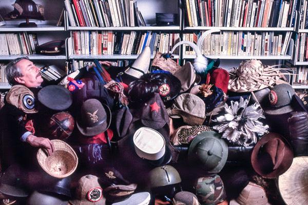 """La preziosa collezione di cappelli di <a href=""""https://design.repubblica.it/2019/01/28/il-casva-si-arricchisce-dellarchivio-mid/"""">Alfonso Franco Grassi</a> diventa una mostra. <em>Tanto di cappello</em> mette in vetrinauna variegata raccolta che passa dalla coppola palermitana al curioso copricapo dei monaciortodossi siriaci. Ampio spazio ai militaria con esemplari come il vaira da bersagliere e il chepìdell'artiglieria a cavallo. Fino al 28 aprile a <a href=""""http://www.fondazioneboschidistefano.it/"""">Casa Museo Boschi Di Stefano</a> (fotoGiovanna Dal Magro)"""
