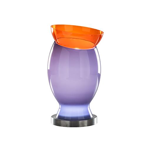 La base delle lampade è in nichel spazzolato e al centro di essa è posta una lente al led (in foto il modello Mirage)