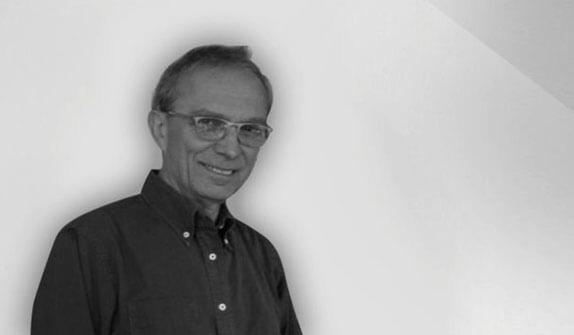 Giancarlo Fassina nasce e vive a Milano. Si laurea in architettura al Politecnico  della città meneghina e si diploma all'istituto superiore di ingegneria di Friburgo. Specializzato nella progettazione di apparecchi per illuminazione, è l'ideatore insieme a Michele De Lucchi della famosa Tolomeo di Artemide. Nel 1989 vince con questa luce il Compasso d'Oro