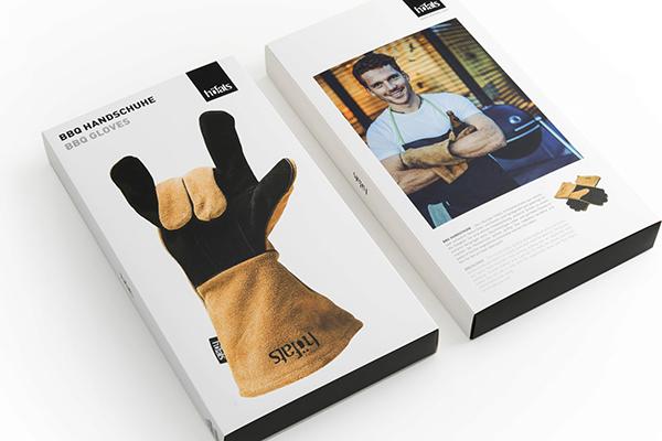 Prima di mettersi a lavoro è importante scegliere un buon paio di guanti che  proteggano dal calore e che allo stesso tempo permettano di cucinare con praticità. Da Höfats un modello realizzato in pelle e Kevlar: è ignifugo, indistruttibile, impermeabile e morbido