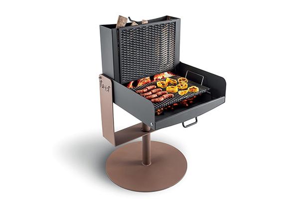 Per chi è fedele allo stile americano, il barbecue più adatto è quello a legna.  Se provvisto di uno smoker grill si ottiene ancor più un risultato dalla piacevole aroma affumicata (in foto <em>Twist</em> di Palazzetti)