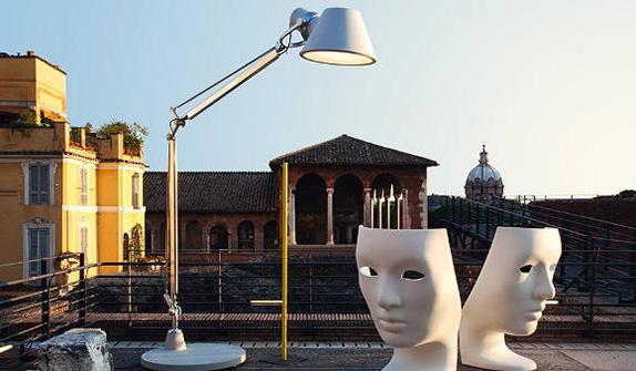 La lampada Tolomeo di Artemide, che nel 2017 ha festeggiato 30 anni, è diventata una grande famiglia. Dalla prima versione da tavolo, alle declinazioni in varie misure da parete, da terra e sospensione fino al modello XXL (in foto)