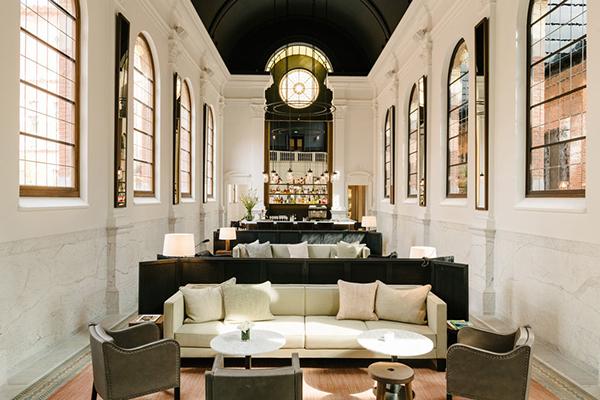 Entriamo nell'hotel August: il designer Vincent Van Duysen ha trasformato l'ex cappella privata delle suore nell'area lounge e bar (foto Robert Rieger)