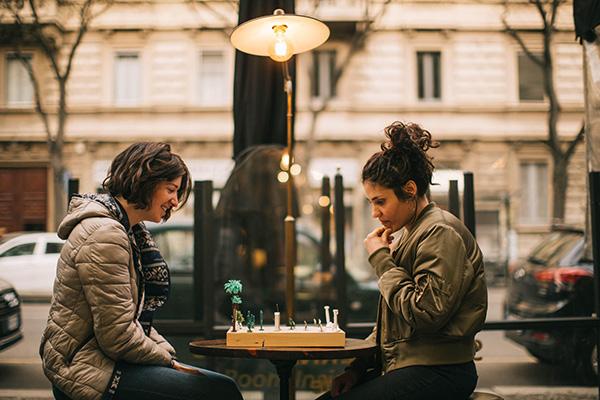 """Ospite della manifestazione anche il duo artistico Calori &amp; Maillard chemette in scena la performance interattiva <span class=""""s1""""><i>Immortal Game</i></span>. Una partita di scacchi, giocata su una scacchiera fatta di elementi naturali e forme architettoniche, dove l'azione collettiva si sottrae alla strategia personale e dove il dialogo tra ambiente e cultura trova punti di contatto con i possibili cambiamenti sociali, ambientali e politici in atto"""