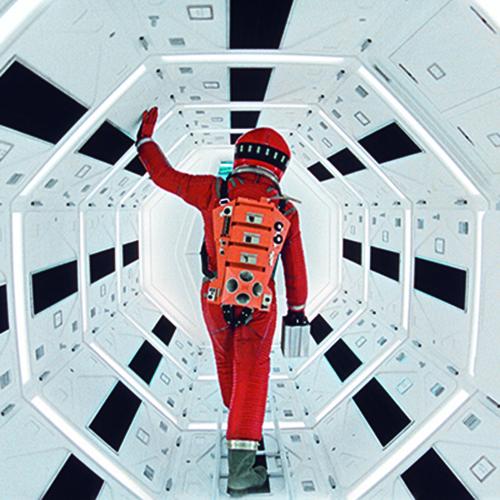 """LONDRA - In occasione dei venti anni della scomparsa di <a href=""""https://design.repubblica.it/2019/04/26/le-stanze-di-stanley-kubrick/#1"""">Stanley Kubrick</a>, il <a href=""""https://designmuseum.org"""">Design Museum</a> lo ricorda con una grande retrospettiva:  dieci camere, ognuna dedicata a un suo film, spiegano quanto architettura e arredamento siano importanti nei lavori del regista. Fino al 15 settembre (un'immagine dal set di <em>2001: Odissea nello spazio </em> - foto Warner Bros. Entertainment Inc)"""
