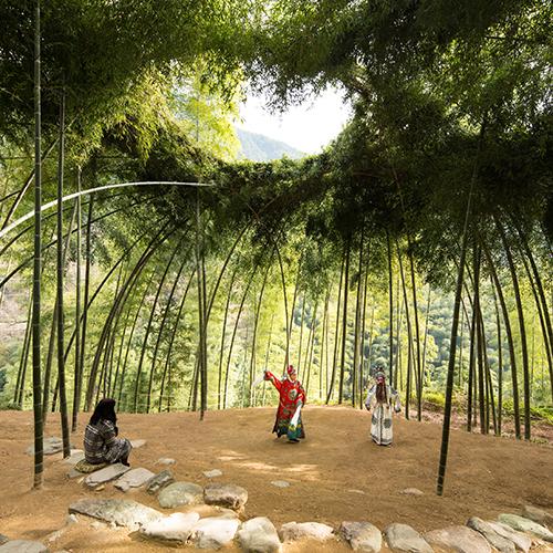 """NEW YORK/ KERKRADE - Il <a href=""""http://www.cooperhewitt.org"""">Cooper Hewitt</a> newyorkese e il <a href=""""https://www.cubedesignmuseum.nl/"""">Cube design museum</a> di Kerkrade (Paesi Bassi) organizzano la mostra <em>Nature-Cooper Hewitt Design Triennial</em> ed è aperta simultaneamente in entrambi i musei. Vengono presentati progetti innovativi, realizzati dal 2016 in poi, che mettono in risalto i modi in cui i designer stanno collaborando con scienziati, ingegneri, agricoltori, ambientalisti e la natura stessa per progettare un futuro più armonioso e rigenerativo. Fino al 20 gennaio 2020 (nell'immagine il <em>Bamboo Theater</em> di Xu Tiantian - foto di Wang Ziling © DnA_Design and Architecture)"""