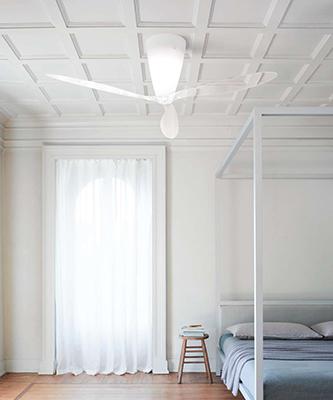"""Illumina e rinfresca: è <em>Blow</em>, il ventilatore a soffitto di <a href=""""https://luceplan.com"""">Luceplan</a> che promette bassissima rumorosità. Le pale sono in metacrilato trasparenti e il loro movimento non interferisce con l'emissione di luce bianca nella stanza. È prodotto anche in versione multicolore"""