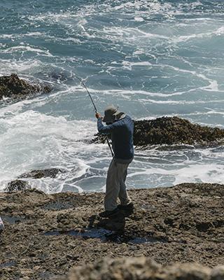 Un pescatore sulla costa vicino al Sea Ranch (© 2019 New York Times News Service)