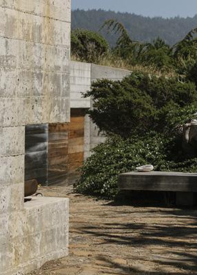 La casa di Gabriel Ramirez a Sea Ranch, in California, unisce pannelli di cemento e legno stagionato (© 2019 New York Times News Service)