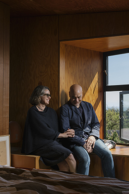 Gabriel Ramirez con la sua compagna Sarah Williams nella casa che ha costruito a Sea Ranch (© 2019 New York Times News Service)