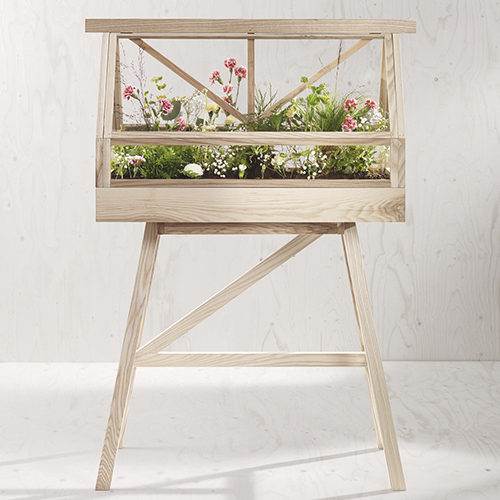 Una serra in casa? Perché no. Il terrario di Design House Stockholm è uno scrigno di vetro e legno che aiuta a creare le condizioni ideali per il germogliare dei semi e la crescita delle piante