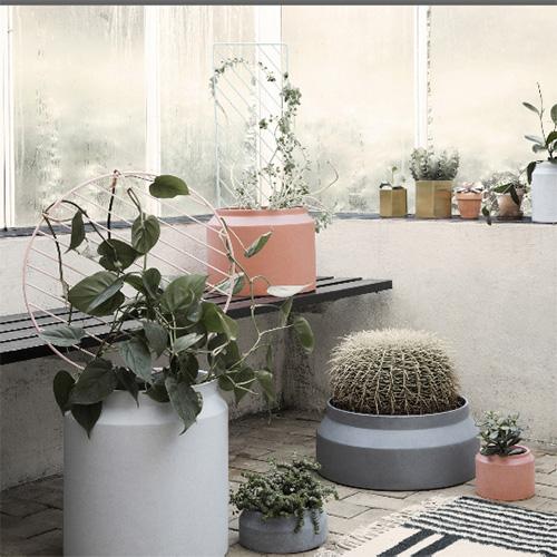 Per non rinunciare alle piante rampicanti anche in casa da Ferm Living i supporti con motivi geometrici