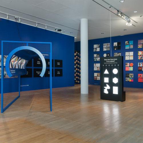 """FRANCOFORTE - Stefan Sagmeister, la superstar del graphic design di New York, e la sua compagna di studio Jessica Walsh portano al<a href=""""http://www.museumangewandtekunst.de""""> Museum Angewandte Kunst</a> la mostra <em>Beauty</em>. Come suggerisce il nome, il duo di designer vuole spiegare che cos'è la bellezza sostenendo che sia molto più di una superficiale strategia. Lungo il percorso installazioni e numerosi esempi di design di prodotto, urbanistica, architettura e design grafico spiegano come le opere ben progettate stimolano la percezione umana e rendono il mondo un posto migliore"""