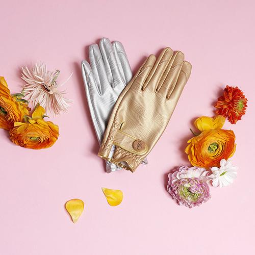 Partiamo dai guanti, un accessorio indispensabile per evitare di sporcarsi ma soprattutto per prevenire possibili graffi, abrasioni e punture se si toccassero le piante e la terra a mani nude. Questi di Garden Glory non sfigurerebbero nemmeno a una sfilata di moda