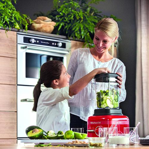 KitchenAid celebra 100 anni con la nuova collezione Regina di Cuori. La serie comprende un pratico frullatore: con una sola manopola e due interruttori si creano zuppe, pappe per neonati, creme spalmabili e succhi