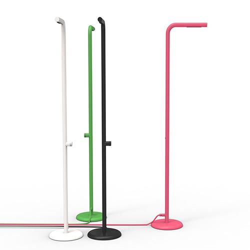 """<em>Levantine</em> di Alain Gilles per <a href=""""https://zee.be"""">Zee</a> ha un'ampia base rotonda con piedini regolabili. In questo modo può essere posizionata su ogni superficie, dal terrazzo al prato. La doccia è in acciaio zincato ed è ricoperta da uno spesso strato di polvere resistente ai raggi UV. È dotata di un ingresso universale che gli permette di collegarsi a qualsiasi tubo da giardino"""