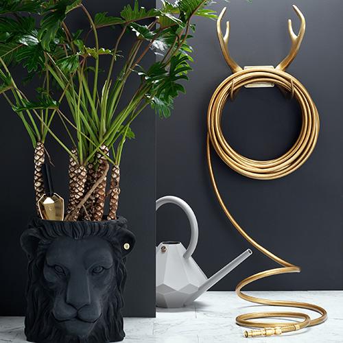 Anche il classico tubo di gomma per l'irrigazione può diventare un oggetti décor: ne è un esempio Black Swan di Garden Glory