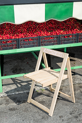 La sedia <em>Parlantina</em> è realizzata a mano in legno di castagno calabrese