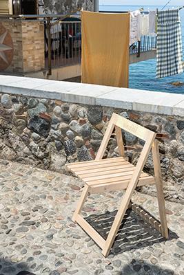 Ogni sedia è impreziosita da parole ispirate allo stile di vita dell'Italia meridionale